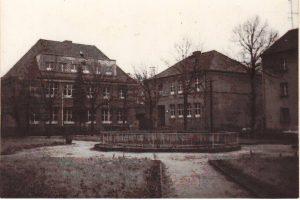 http://schule.neuseddin.de/wp-content/uploads/2016/10/Schule-am-Breitenbachplatz-mit-Quelle-300x200.jpg